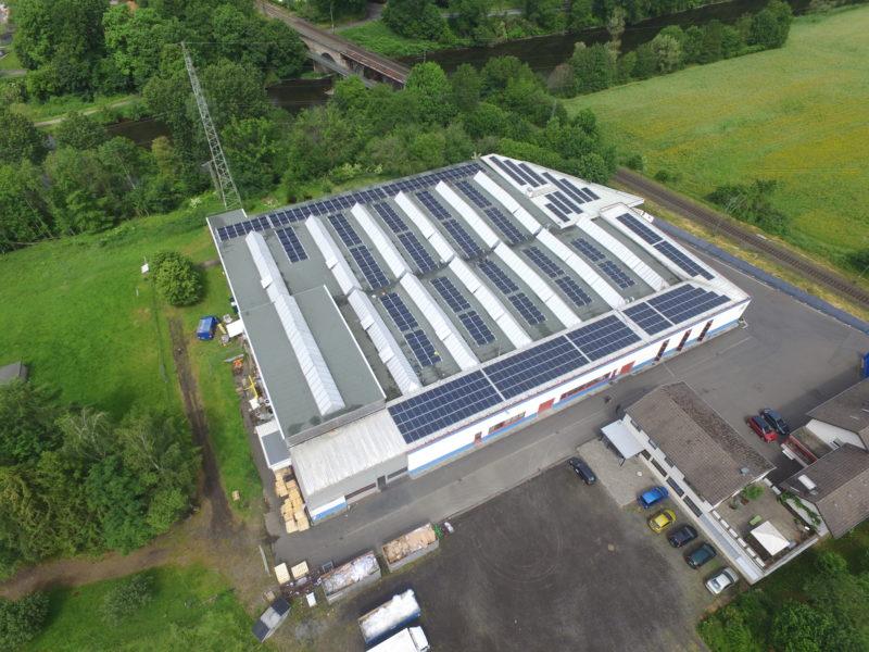 Mit der Photovoltaikanlage auf dem Firmendach erzeugt HvC nachhaltig und regenerativ Energie.